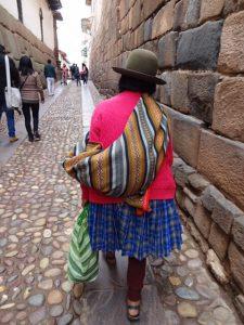 クスコの街を歩く民族衣装のおばあちゃん